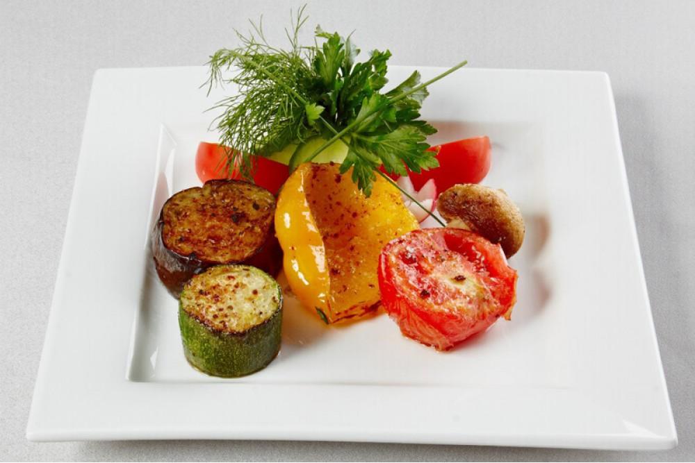 Овощи-гриль с шампиньонами и соусом чимичурри