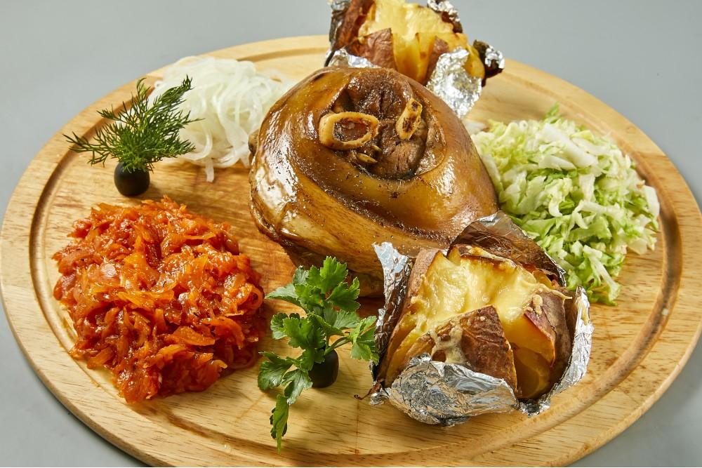 Свиная рулька с тушёной капустой и запеченным картофелем