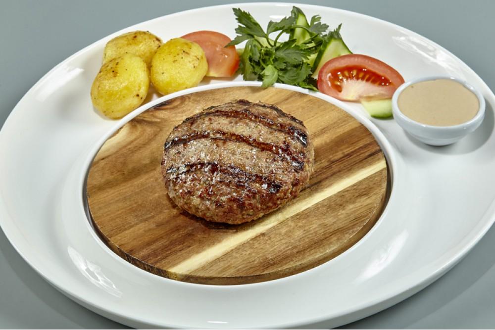 Рубленый бифштекс из мраморной говядины с картофелем и соусом деми-глясс