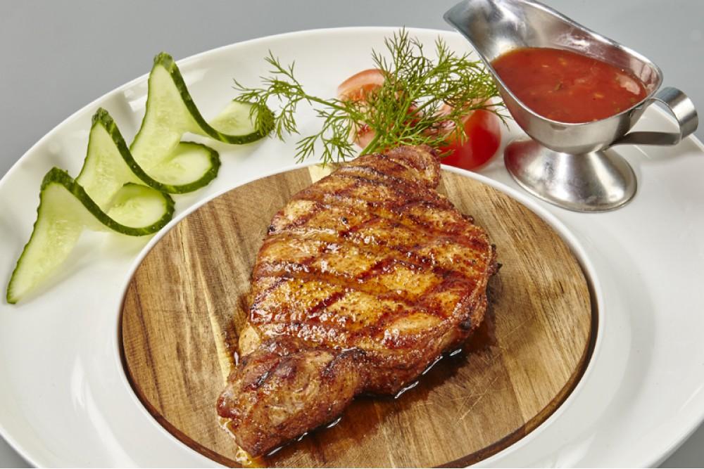 Стейк из свинины с томатным соусом и овощами