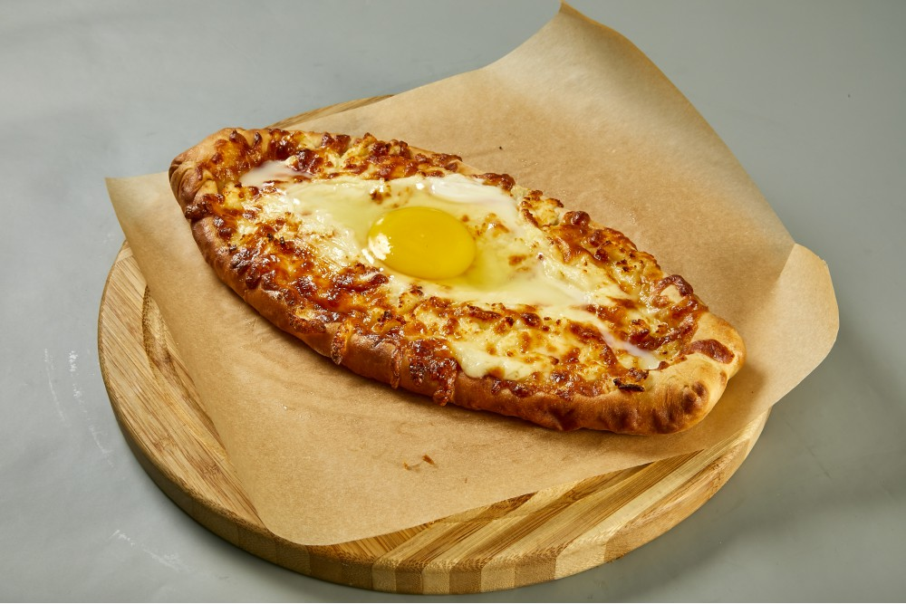 Открытый пирог с сыром и яйцом