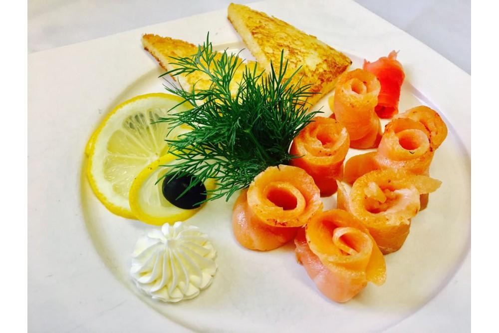 Филе лосося слабой соли с творожным кремом и тостами