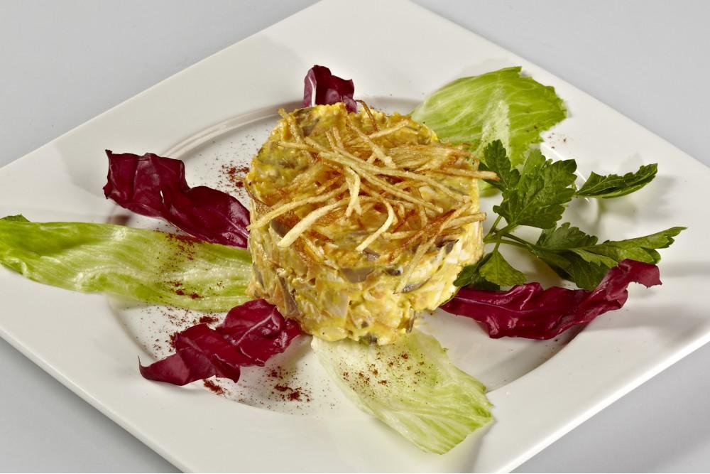 Салат из курицы с овощами и грибами