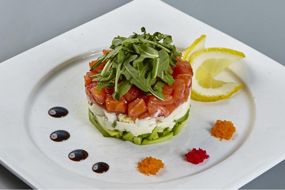 Салат из лосося, авокадо и творожного сыра