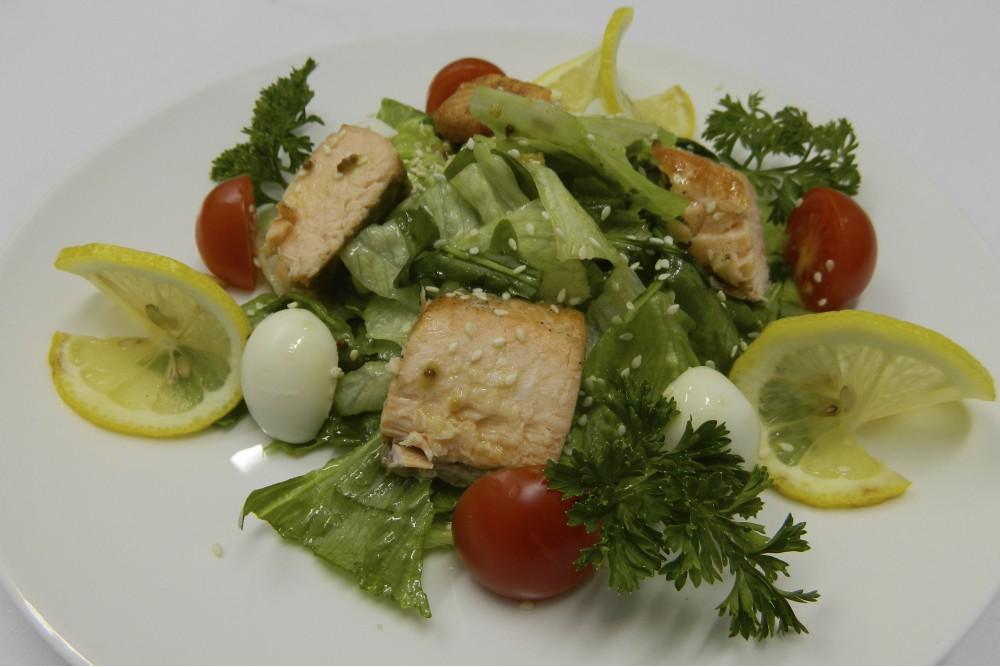 Теплый салат из филе радужной форели