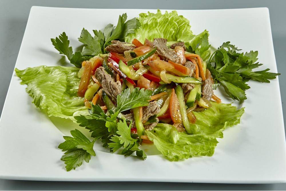 Салат из отварной  говядины со свежими овощами