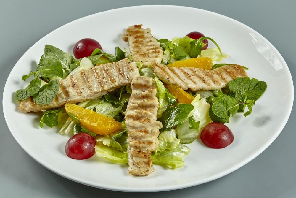 Тёплый салат из филе индейки с цитрусовым соусом