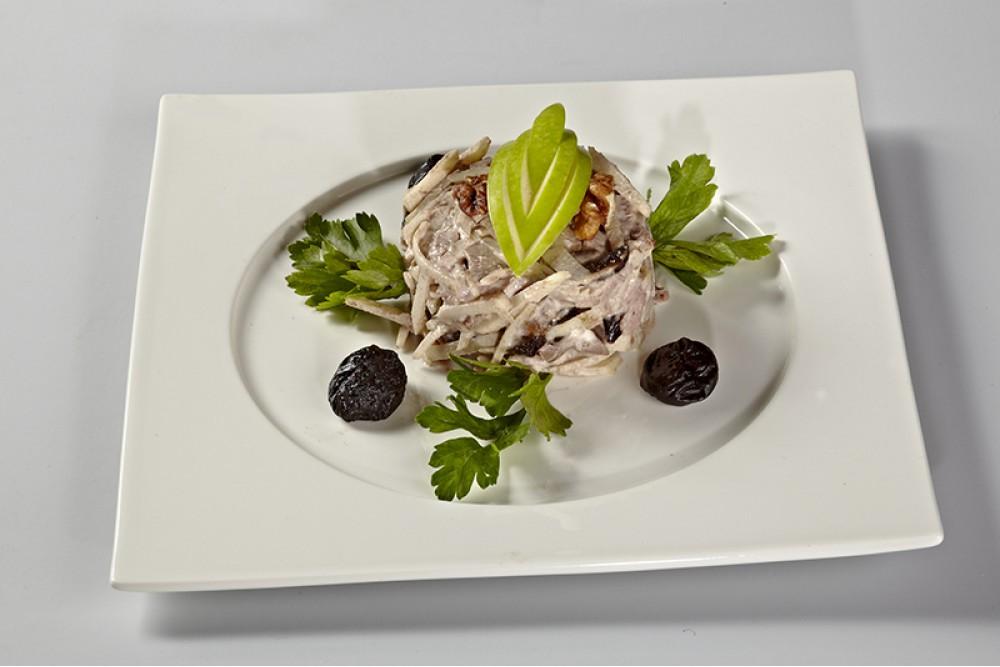Салат  из утки с  яблоками,  черносливом и  ореховым соусом